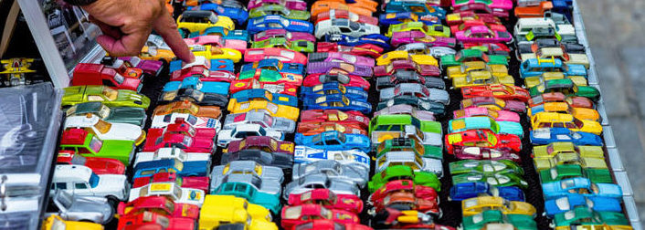 Viele bunte Spielzeugautos, Symbol für Kindheit, Hobby, Sammeln