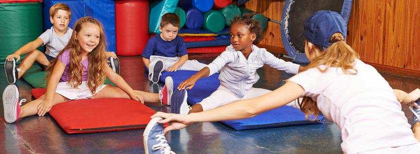 Kinder Turnen mit Sportlehrerin