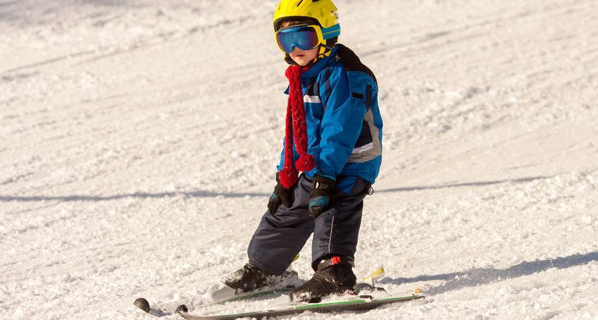 Kleiner Junge am Skifahren