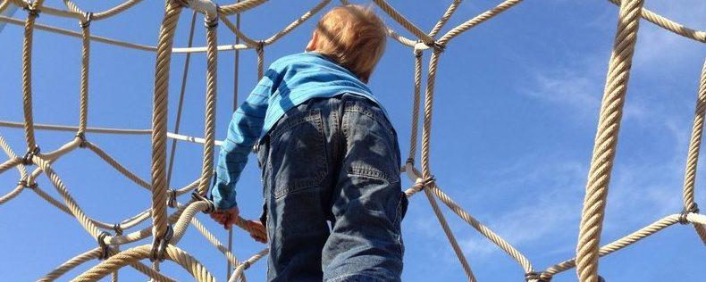 Junge auf Kletterspielplatz