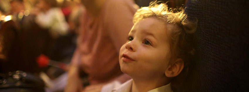 Junge im Theater