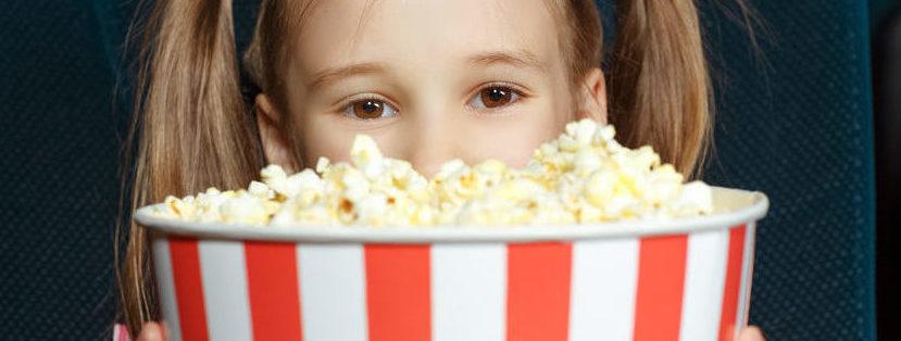 Mädchen mit Popcorn